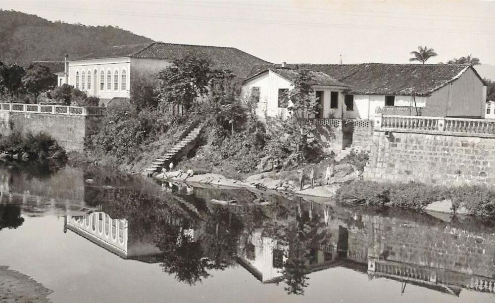 """""""Morretes – uma imagem de paz."""" À esquerda da foto, a Casa de Rocha Pombo, com escada e terraço para o Rio Nhundiaquara. É interessante essa dupla relação da casa, com a pracinha pela frente e com o rio pelos fundos. (Foto: Arthur Wischral/coleção Key Imaguire.)"""