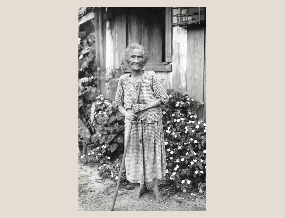 """""""Uma idosa moradora de Morretes."""" Dona Maria Ignacia Cotta tinha, segundo o autor, 150 anos, com """"visão e audição perfeitas"""". Apesar de sua cordialidade e lucidez, desperta piedade nos viajantes """"pelos excessivos limites de sua vida."""" (Foto: Arthur Wischral/coleção Key Imaguire.)"""