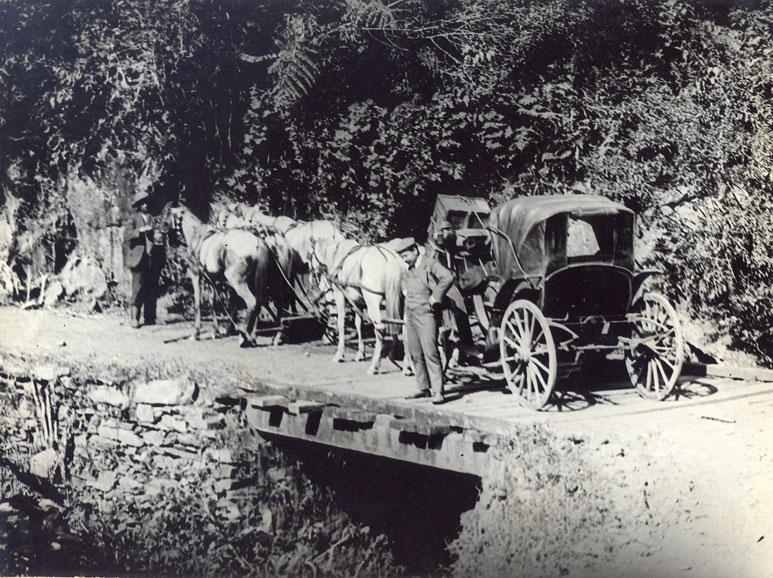 Carroça passando pela estrada da Graciosa possivelmente em fins do século XIX.