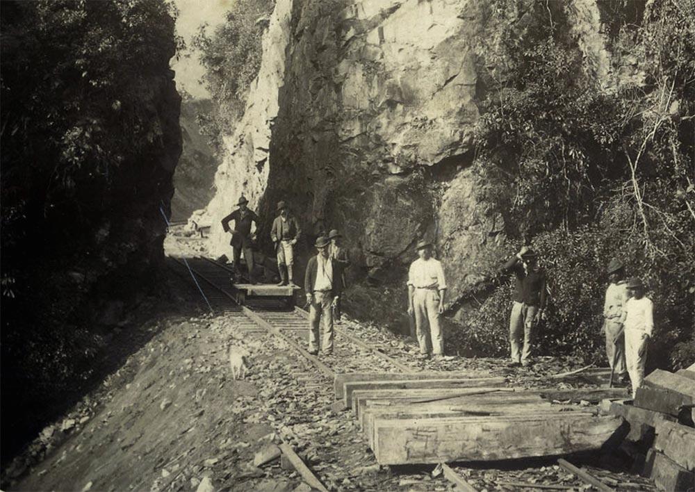 Obras no Morro do Cadeado, km 63. (detalhe de foto de Marc Ferrez/arquivo Biblioteca Nacional)
