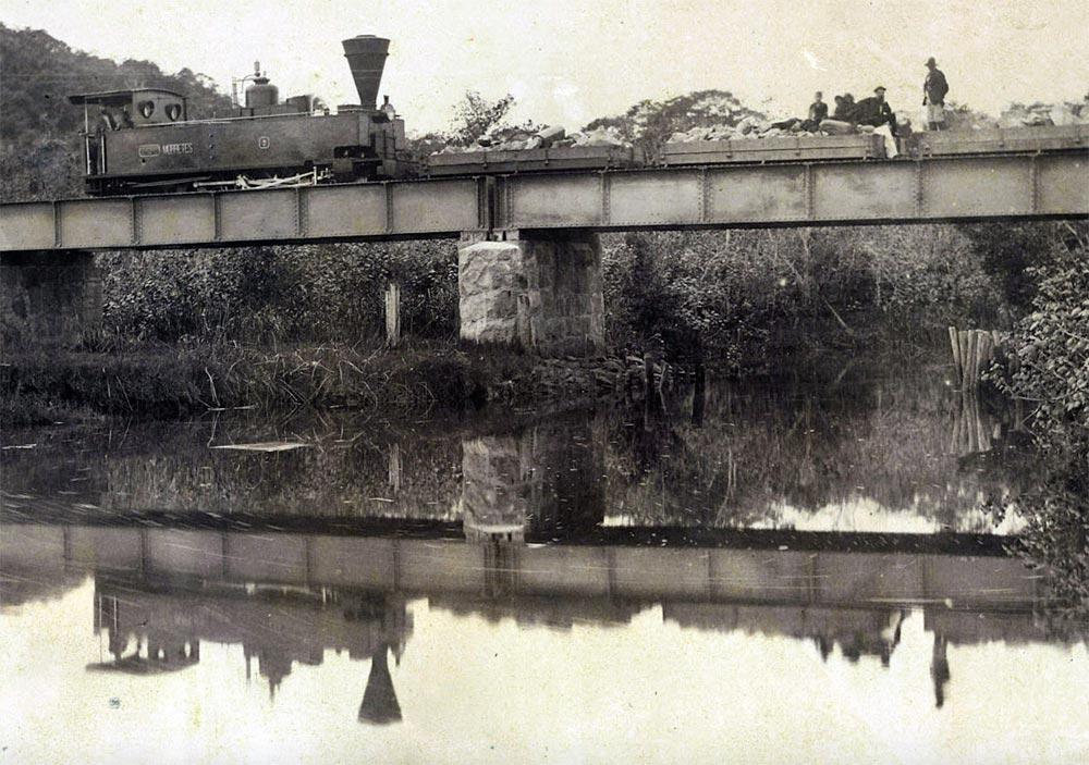 Ponte sobre o rio Ribeirão na planície litorânea, km 14. (detalhe de foto de Marc Ferrez/arquivo Biblioteca Nacional)