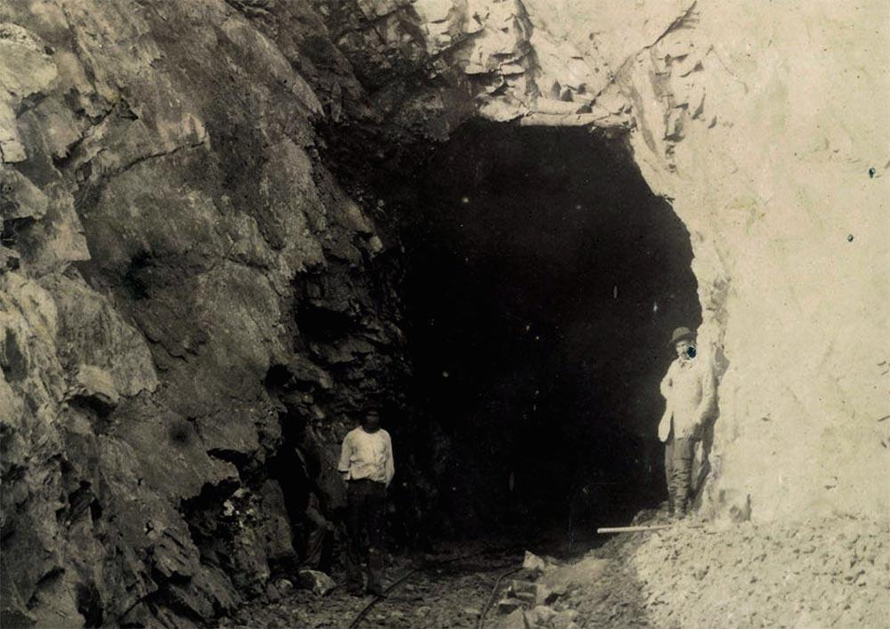 Perfuração de túnel no Pico do Diabo, km 63. (detalhe de foto de Marc Ferrez/arquivo Biblioteca Nacional)