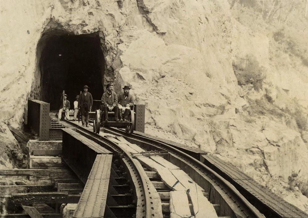 Teixeira Soares, engenheiro-chefe, em uma auto de linha inspecionando as obras. Soares é o que olha para a direita. (detalhe de foto de Marc Ferrez/arquivo Biblioteca Nacional)
