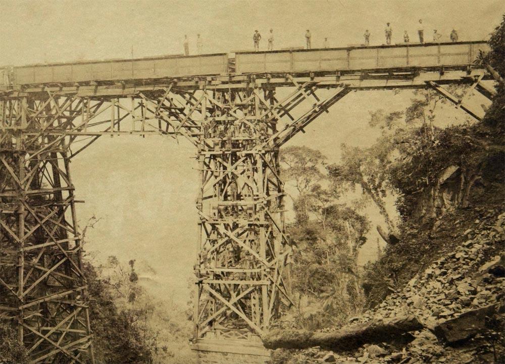 Construção do Viaduto Sinimbu no km 64. (detalhe de foto de Marc Ferrez/arquivo Biblioteca Nacional)