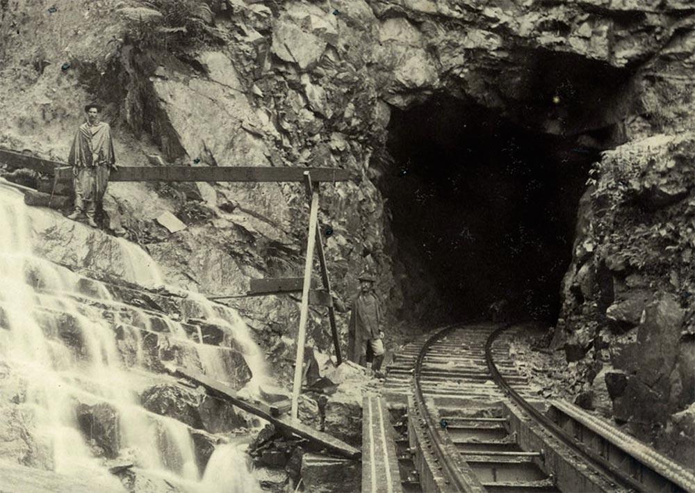 Trabalhos de escavação do túnel Sanga Funda no km 53. (detalhe de foto de Marc Ferrez/arquivo Biblioteca Nacional)