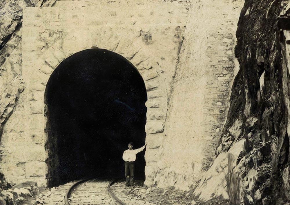 Túnel já finalizado no km 63. (detalhe de foto de Marc Ferrez/arquivo Biblioteca Nacional)