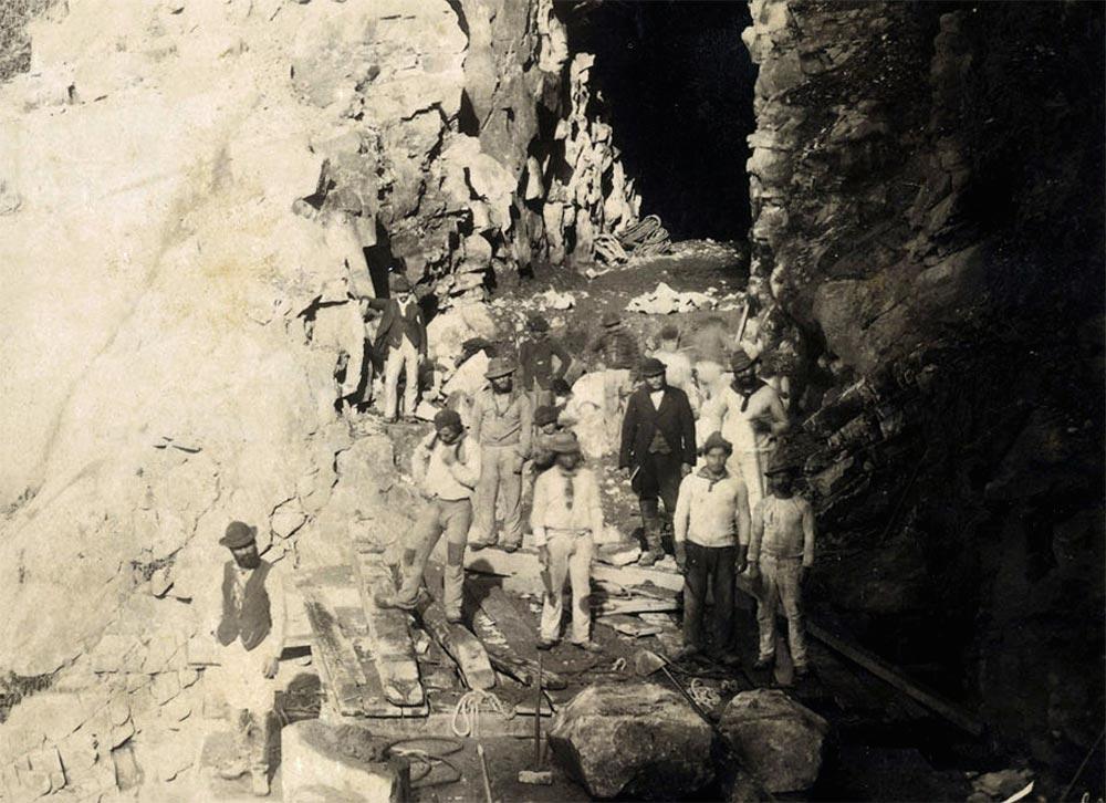 Trabalhadores na escavação de túnel no Pico do Diabo. (detalhe de foto de Marc Ferrez/arquivo Biblioteca Nacional)