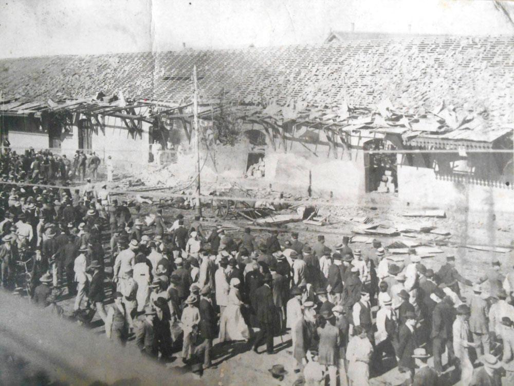 Armazém da estação de Curitiba destruído após a explosão de uma carga de pólvora em 1913. (Foto: Acervo do Instituto Histórico e Geográfico do Paraná)