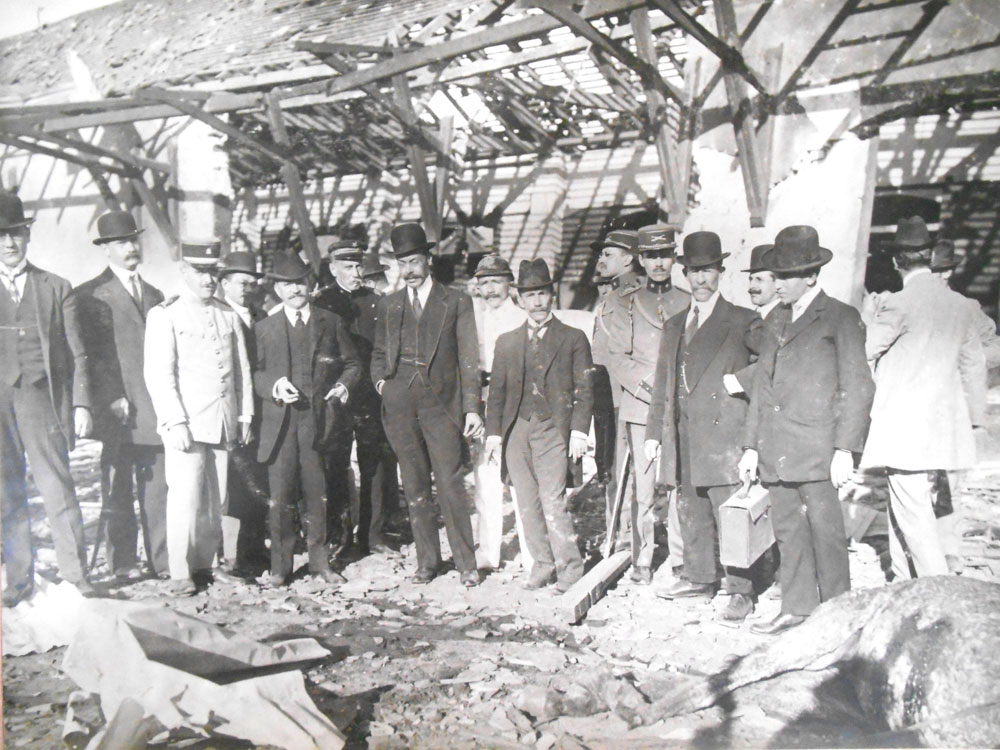 Autoridades vistoriando o local da explosão; dentre elas o então presidente do Paraná, Carlos Cavalcanti. (Foto: Acervo do Instituto Histórico e Geográfico do Paraná)