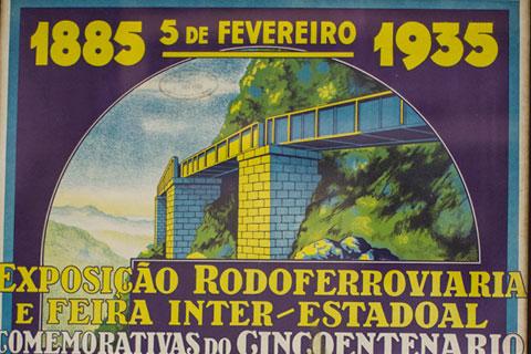 Dentro da urna foram colocados materiais especiais que comemoravam o aniversário da ferrovia, um deles é um pôster similar ao da foto acima (Foto: Brunno Covello/GP)