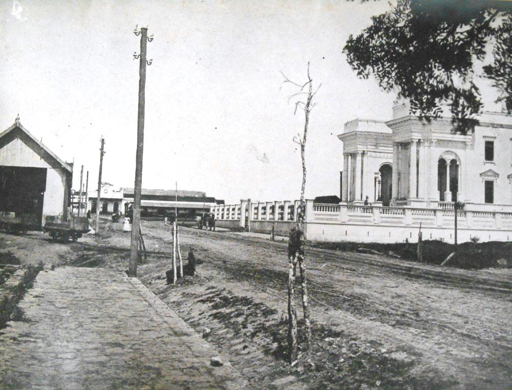 Rua Leitner, atual Barão do Rio Branco, com a estação no final da via. À esquerda a garagem dos bondes; à direita o edifício do Congresso, hoje Câmara Municipal de Curitiba. Imagem do início da década de 1890. (Foto: Acervo do Instituto Histórico e Geográfico do Paraná)