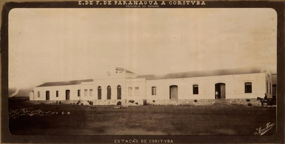 O prédio da primeira estação de Curitiba na época da construção da estrada de ferro. (Foto: Marc Ferrez/Biblioteca Nacional)