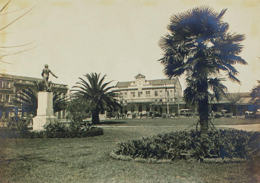 Praça Eufrásio Correa com a estação de Curitiba ao fundo nos anos 1930. (Foto: Arthur Wischral/Museu Paranaense; reprodução Brunno Covello/GP)