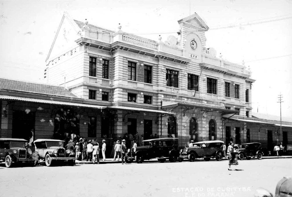 Entrada principal da estação na década de 1930. (Foto: Acervo do Instituto Histórico e Geográfico do Paraná)
