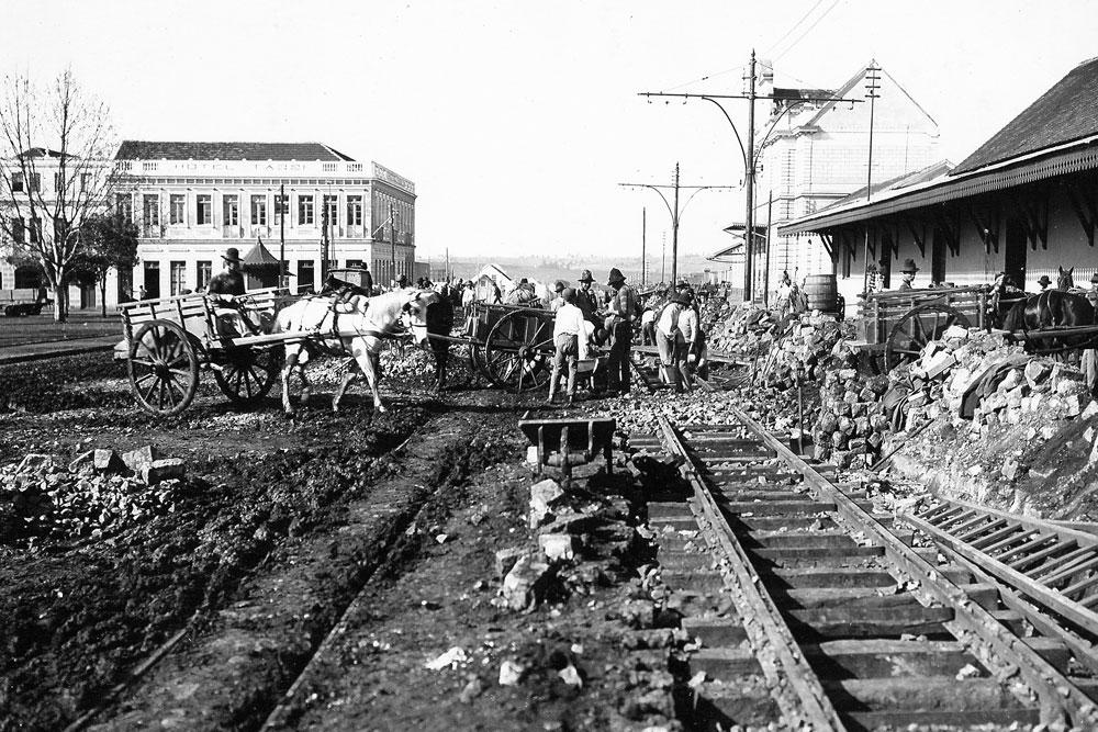 Assentamento de trilhos para o bonde que passaria em frente à estação, foto do começo do século 20. (Foto: Acervo do Instituto Histórico e Geográfico do Paraná)