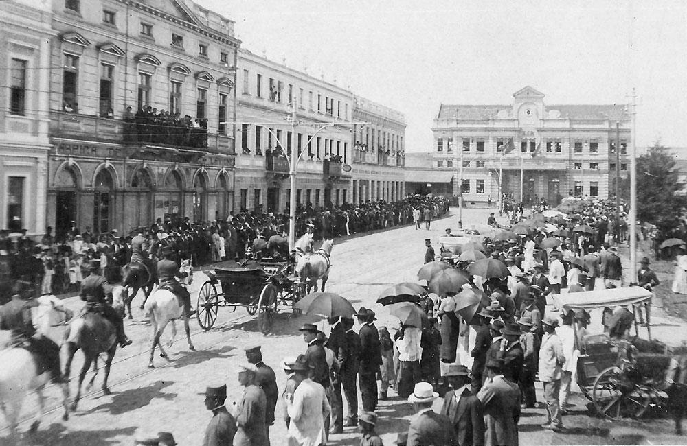 Recepção para o presidente da República, Afonso Pena, em frente à estação em 1909. (Foto: Coleção Julia Wanderlei/acervo Instituto Histórico e Geográfico do Paraná)