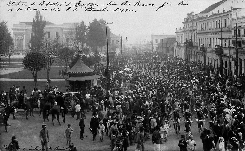 Partida de um batalhão do Exército em frente à estação de Curitiba em 1910. (Foto: Coleção Julia Wanderlei/acervo Instituto Histórico e Geográfico do Paraná)