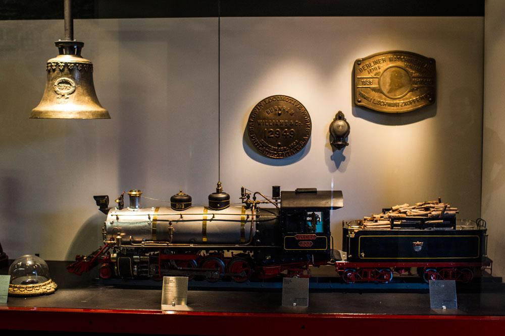 Réplica de locomotiva a vapor criada pelo ferroviário Rodolfo Weight Júnior na decada de 1960. A pequena maria-fumaça funciona exatamente da mesma forma que as locomotivas em tamanho natural. (Foto: Brunno Covello/GP)