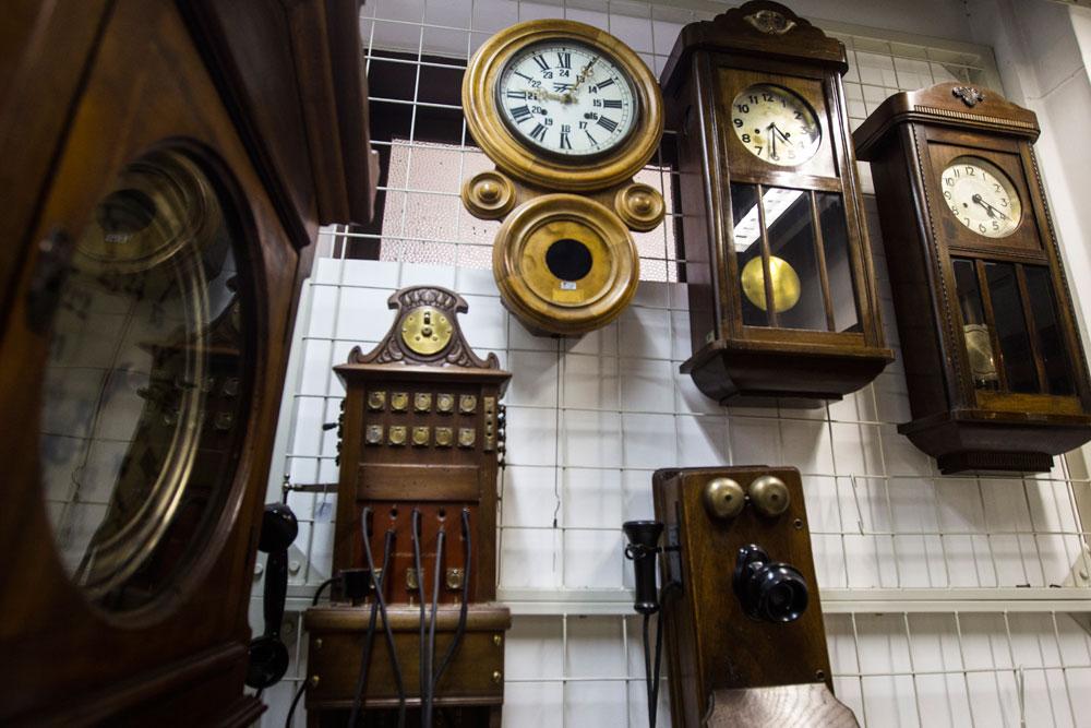 Os relógios são objetos marcantes nas estações de trem. Antigamente as estações também ofertavam para as comunidades em seu entorno meios para se comunicar com outras localidades, primeiramente através dos telégrafos e depois com os telefones. (Foto: Brunno Covello/GP)