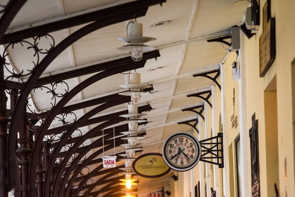 Estrutura metálica das antigas plataformas de embarque. Quando o primeiro trem chegou em Curitiba, em dezembro de 1884, a estação ainda estava em obras. A estrutura que vemos só foi montada depois dessa data, o trem que permitiu a vinda do material do Porto de Paranaguá. (Foto: Brunno Covello/GP)