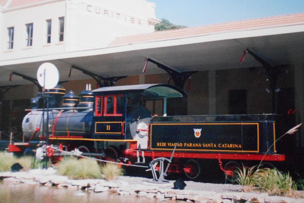 Locomotiva 11, fabricada pela empresa norte-americana Baldwin em 1884. Esta é a única maria-fumaça que restou da época da inauguração da ferrovia Paranaguá-Curitiba. A máquina faz parte do acervo da ABPF-PR e encontra-se em Rio Negrinho-SC para ser restaurada. (Foto: acervo extinta RFFSA/ABPF-PR)