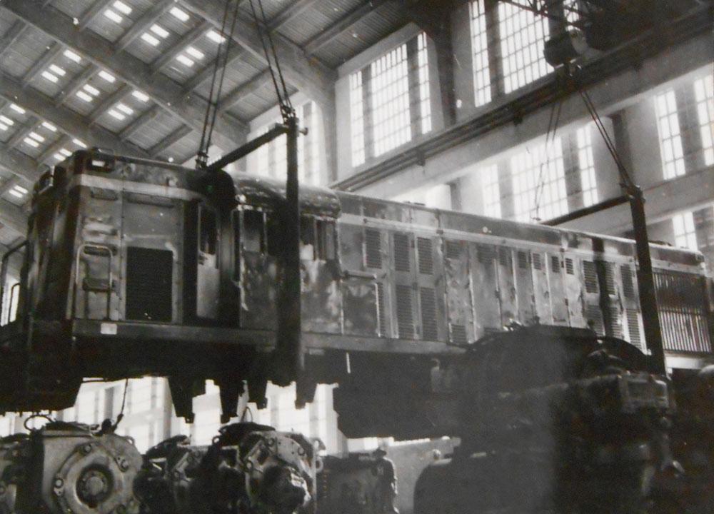 Locomotiva diesel-elétrica em manutenção nas Oficinas de Curitiba. (Foto: acervo extinta RFFSA/IPHAN)