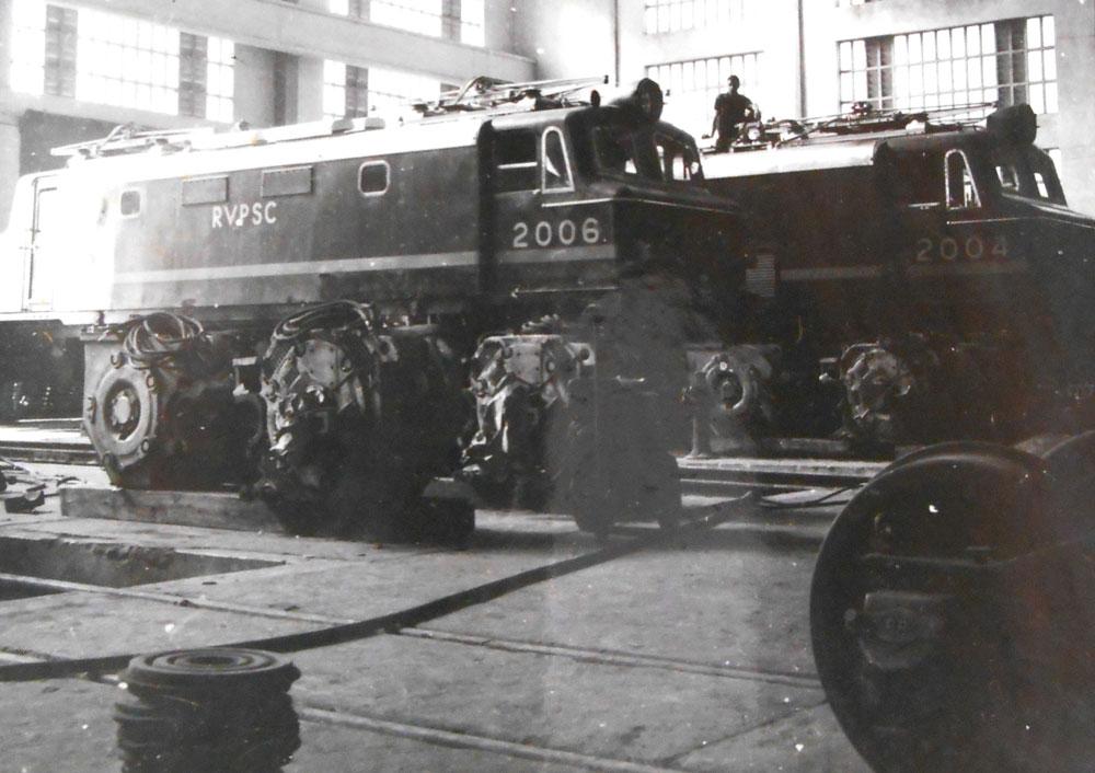 Locomotivas diesel-elétrica nos galpões das Oficinas de Curitiba. Existe um exemplar desse tipo de máquina no Paraná que faz parte do acervo da ABPF-PR.  (Foto: acervo extinta RFFSA/IPHAN)