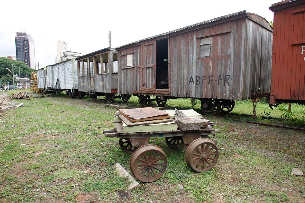 Exemplares dos primeiros vagões usados na ferrovia Paranaguá-Curitiba no final do século 19. Cada um deles transportava no máximo 6 toneladas. (Foto: Jonathan Campos/GP)