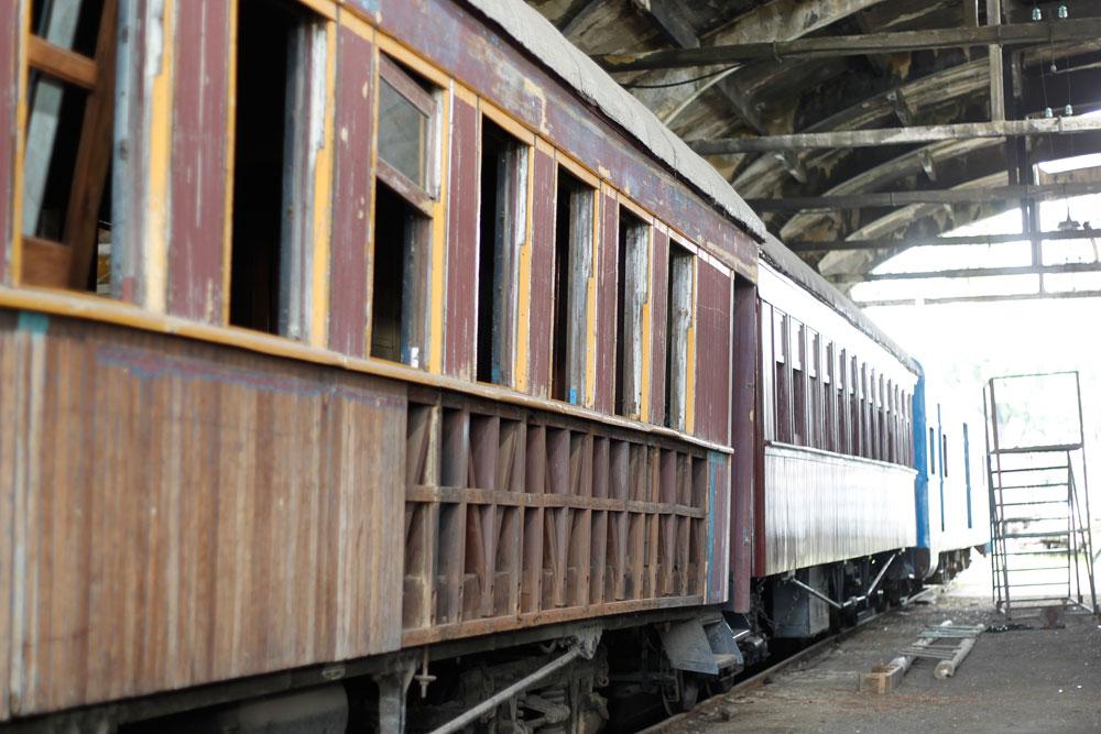 Carros de passageiros dos anos 1940 sendo reformados, a estrutura das paredes desses carros antigos era toda de madeira. (Foto: Jonathan Campos/GP)