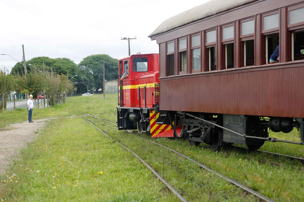 Pequena locomotiva diesel fabricada pela Locomotives et Locotracteurs Diesel na França em 1955. A máquina, que pertenceu à Votorantim Cimentos em Rio Branco do Sul, foi doada à ABPF-PR e hoje é usada nas operações ferroviárias da instituição. (Foto: Jonathan Campos/GP)