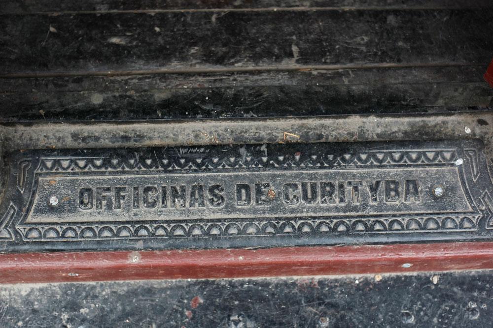 Placa das Oficinas de Curitiba em um dos carros de passageiros da década de 1940 produzidos na capital. (Foto: Jonathan Campos/GP)