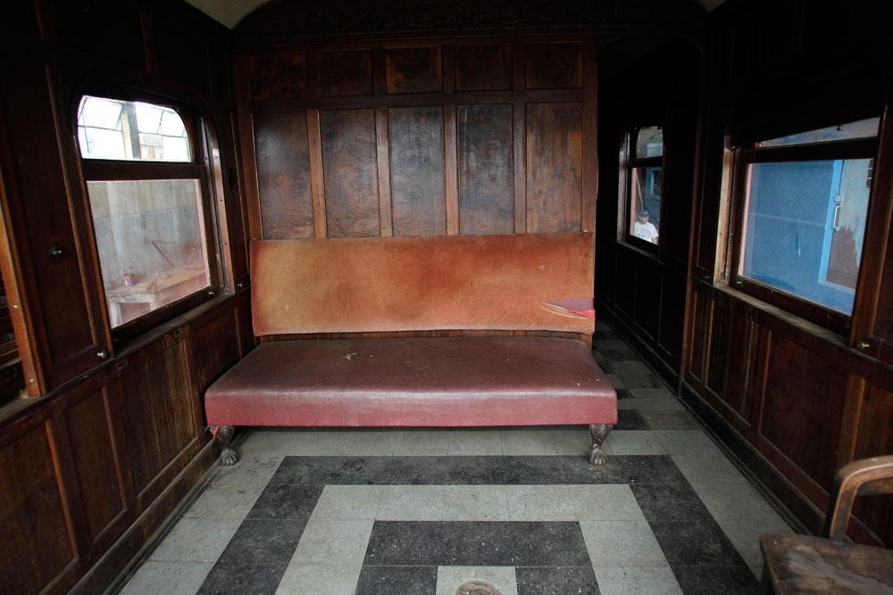 Toda a estrutura das paredes do carro de passageiros é de madeira, na foto a sala de entrada do carro. (Foto: Jonathan Campos/GP)