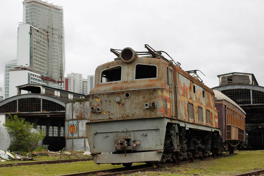 Única locomotiva diesel-elétrica dos anos 1950 que restou no Paraná. Na época, dez máquinas iguais a ela foram importadas da Inglaterra. As locomotivas tinham uma potência de 900 HP. (Foto: Jonathan Campos/GP)