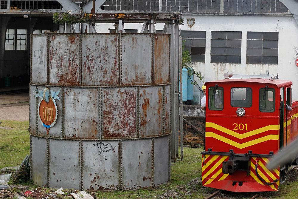 No pátio das garagens de litorinas encontramos um remanescente do complexo ferroviário que funcionou junto com a antiga estação de Curitiba. A caixa d'água da foto servia para abastecer as caldeiras das antigas marias-fumaças. (Foto: Jonathan Campos/GP)