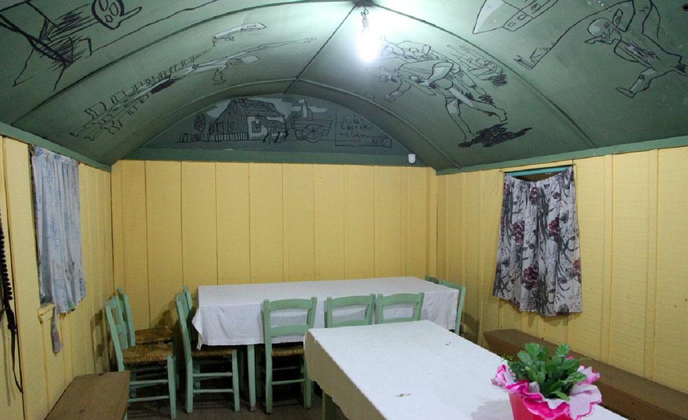 Na parte interna do vagão o teto foi decorado por Poty Lazzarotto. (Foto: livro 'Pelos Trilhos')