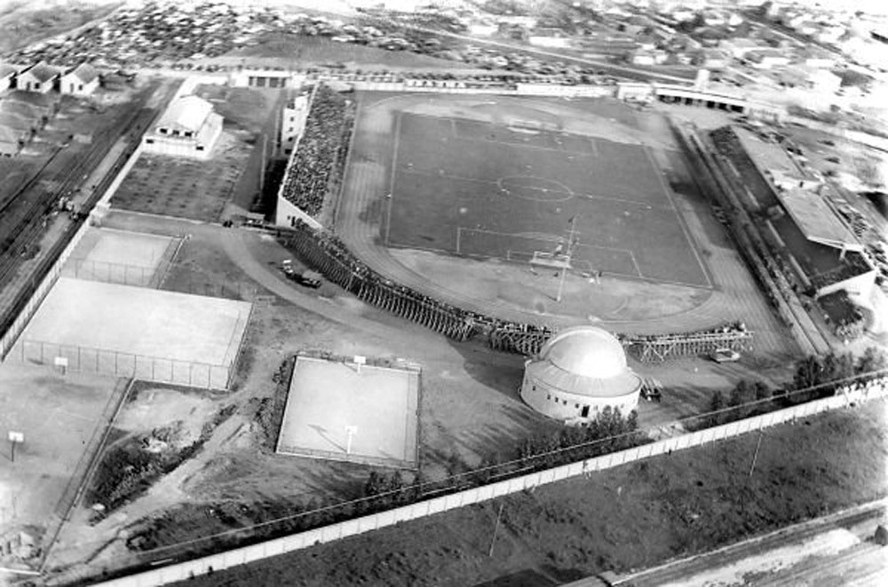Quando foi inaugurado, em 1947, o estádio Durival Britto era o terceiro maior do país. Seu nome homenageia o superintendente da Rede responsável por sua construção. (Foto: coleção Cid Destefani)