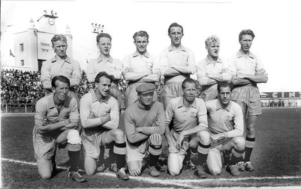 Curitiba recebeu alguns dos jogos da Copa do Mundo de 1950. Na foto a seleção da Suécia no estádio Durival Britto. (Foto: coleção Cid Destefani)