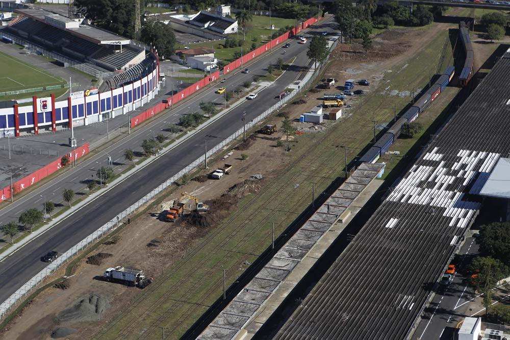 O estádio Durival Britto junto aos trilhos da Rodoferroviária inaugurada em 1972. (Foto: Jonathan Campos/GP)