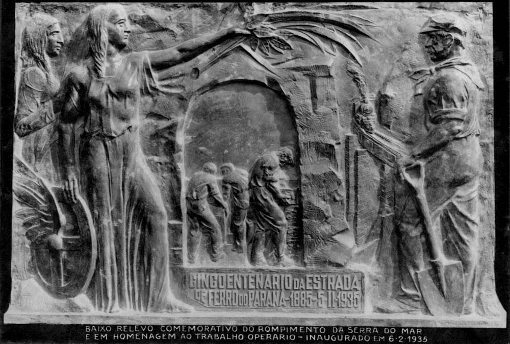 Baixo-relevo em bronze produzido por João Turin. Em 1935 a peça foi colocada na entrada do túnel de Roça Nova durante as comemorações dos 50 anos da ferrovia. (Foto: Arthur Wischral/acervo do Instituto Histórico e Geográfico do Paraná)