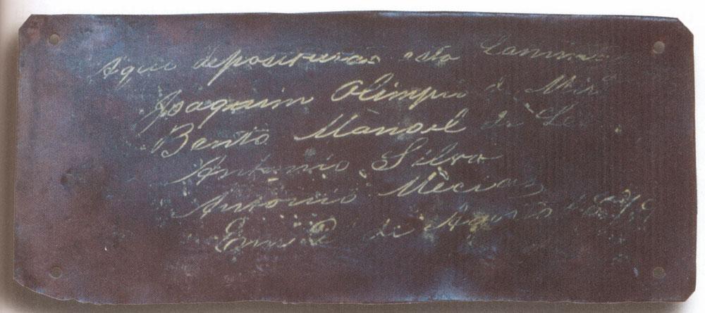 Placa deixada por Joaquim Olympo no Marumbi em 1879 e encontrada pelo montanhista Adyr Kronland em 1961. (Foto: Coleção Nelson L. Penteado Alves)
