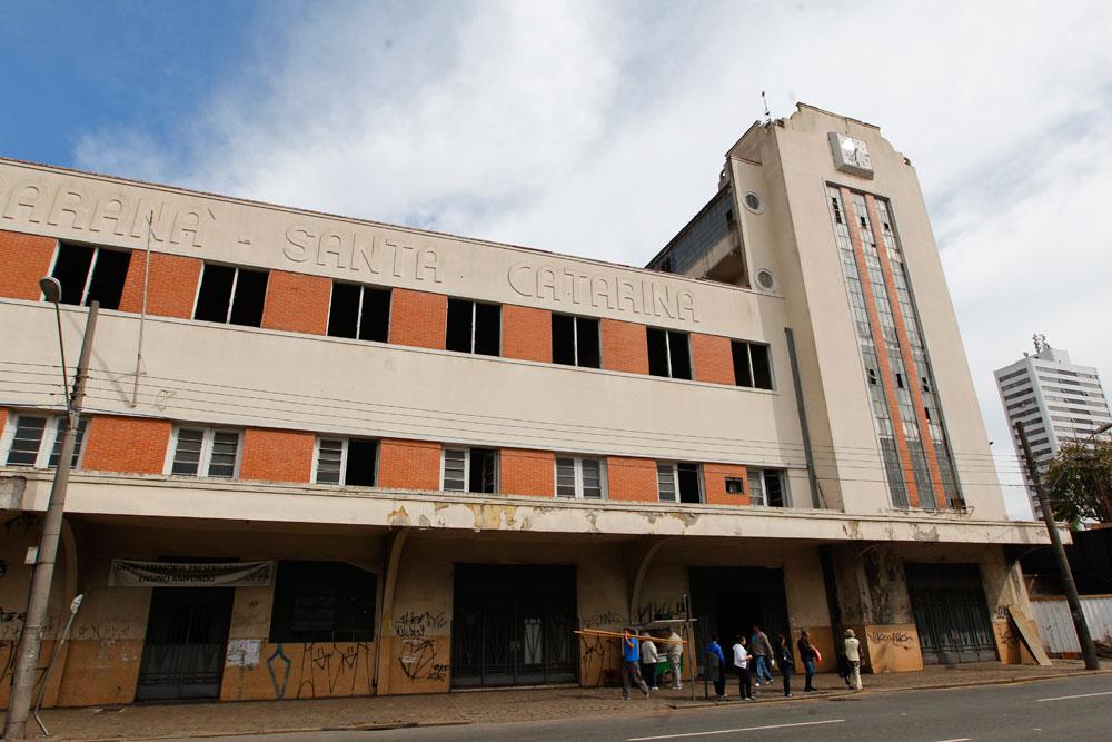 Quase na esquina da Rua João Negrão com a Av. Sete de Setembro está o Edifício Teixeira Soares. No passado ele abrigou a sede administrativa da Rede de Viação Paraná-Santa Catarina. Após a privatização, o imóvel foi passado para a UFPR e hoje se encontra em reforma. (Foto: Daniel Castellano/GP)