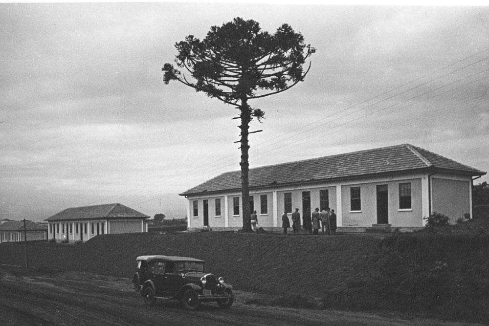 Cada construção da foto foi projetada para abrigar até 4 famílias, cada qual com seu espaço individual. (Foto: Acervo do Instituto Histórico e Geográfico do Paraná)