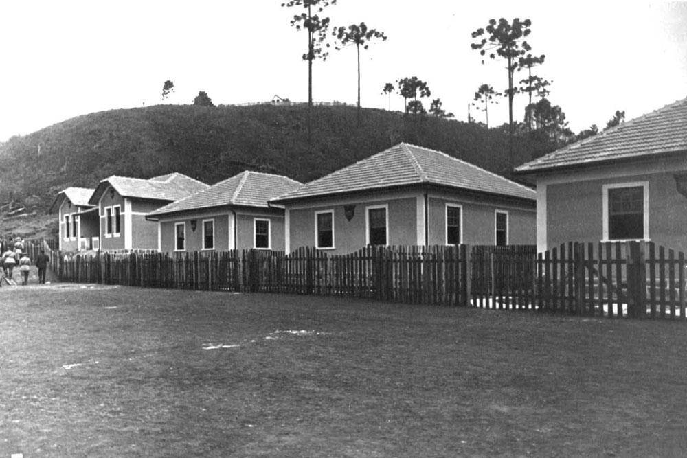 Na foto vemos 3 casas separadas e uma geminada. O brasão da RVPSC sempre presente na fachada. (Foto: Acervo do Instituto Histórico e Geográfico do Paraná)