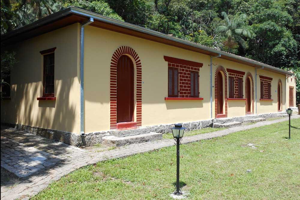 Casas ferroviárias geminadas à beira da linha Paranaguá-Curitiba no pé do Conjunto Marumbi. (Foto: Jonathan Campos/GP)