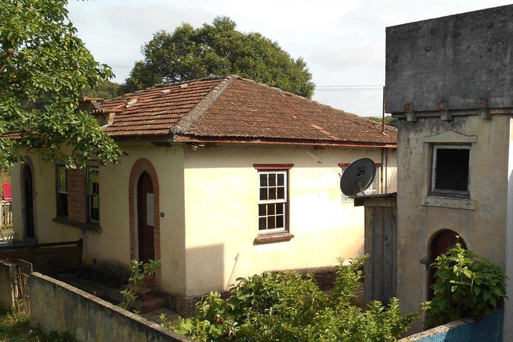 """Casas geminadas próximo à estação de Piraquara. (Foto: livro """"Pelos Trilhos"""")"""