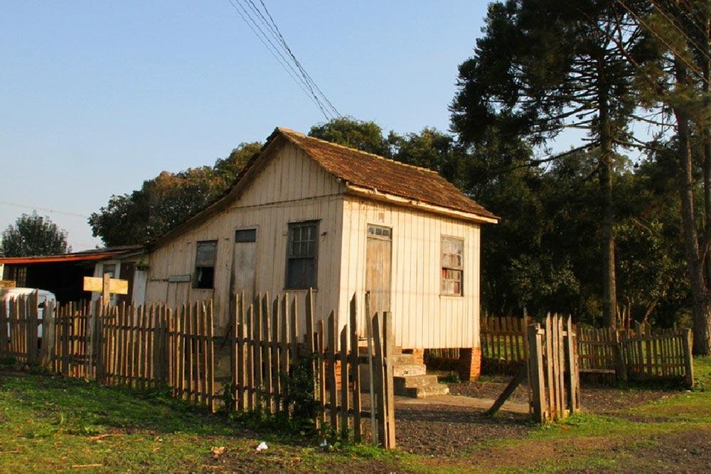 """As casas mais simples de madeira geralmente eram ocupadas por funcionários com menor nível de instrução. Por exemplo, os chamados arigós responsáveis pela limpeza da via permanente. (Foto: livro """"Pelos Trilhos"""")"""