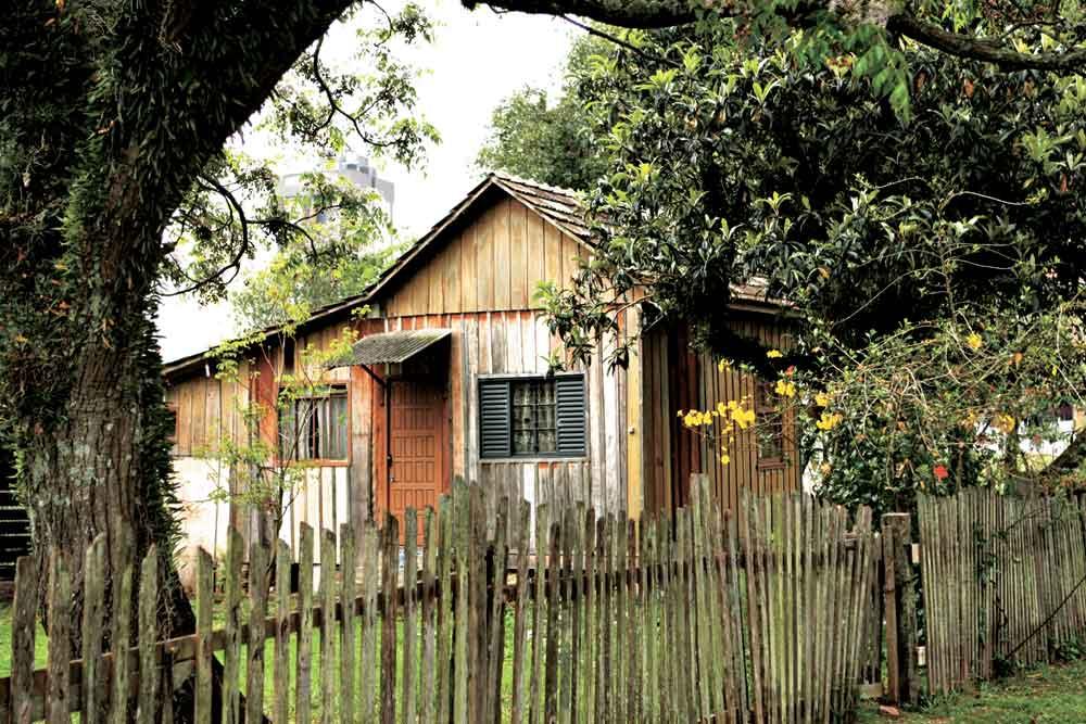 Casinha de madeira remanescente da Vila Capanema, construída próximo ao estádio Durival Britto. (Foto: Antonio Costa/arquivo GP)