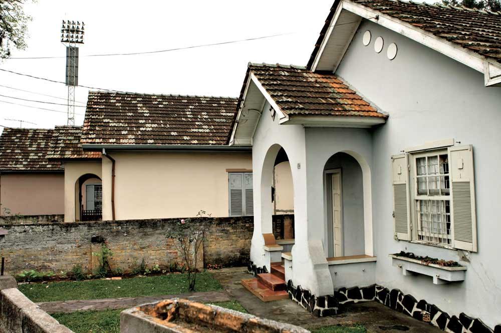 Na Vila Capanema também encontramos algumas casas de alvenaria. Essas casas juntamente com as de madeira serão parte de um memorial das vilas ferroviárias segundo José La Pastina, superintendente do IPHAN no Paraná. (Foto: Antonio Costa/arquivo GP)