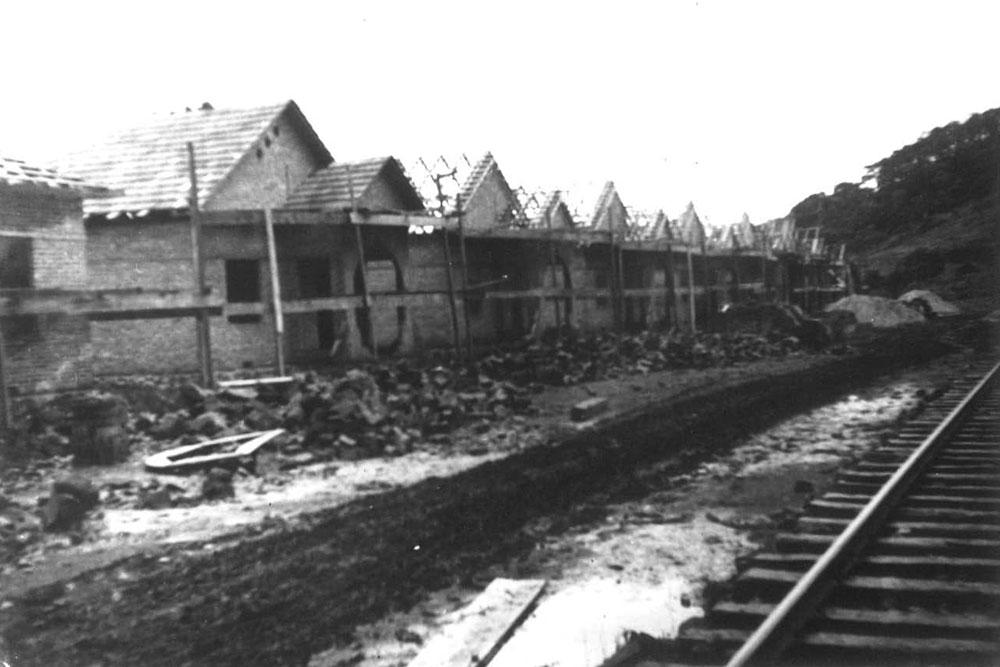Construção de uma vila ferroviária acompanhando o traçado da estrada de ferro. (Foto: Acervo do Instituto Histórico e Geográfico do Paraná)