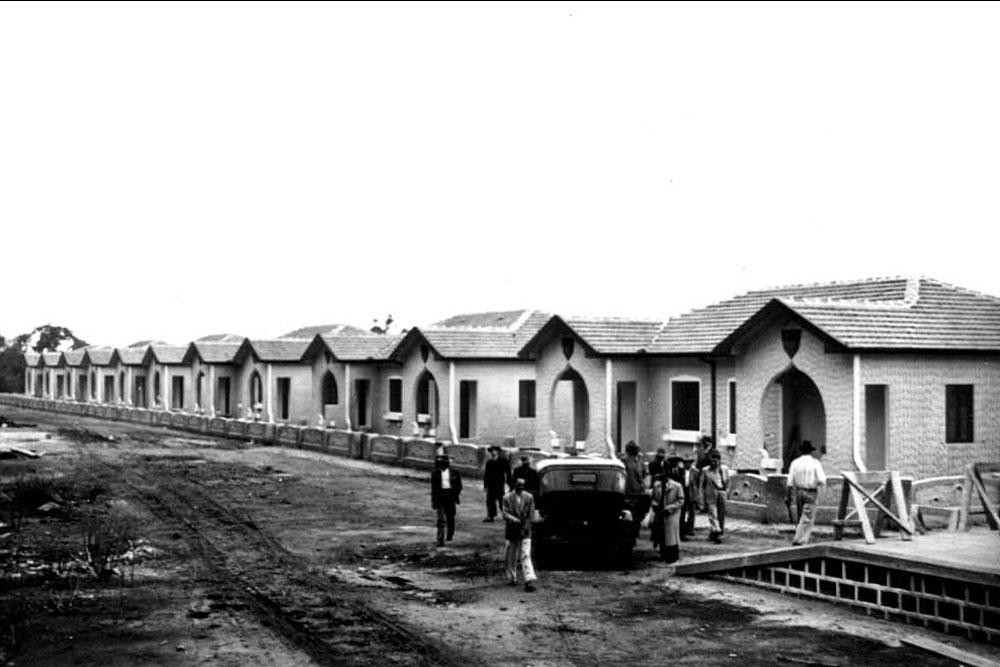 Vila ferroviária já em fase de conclusão. No canto inferior direito podemos ver parte da plataforma de embarque de uma estação. (Foto: Acervo do Instituto Histórico e Geográfico do Paraná)
